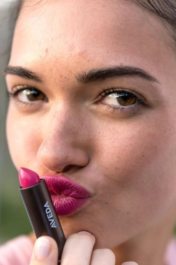 Welke lippenstiftkleur geeft het meeste de voorkeur aan brunettes?
