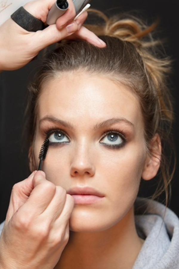 Lees hoe je mascara langer mee gaat