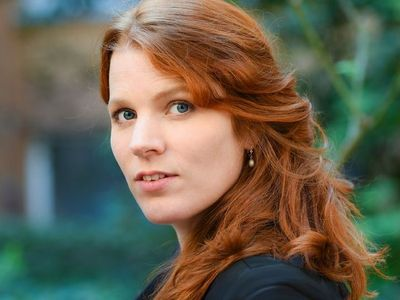 Renee van Bavel zingt vol overtuiging Herman van Veen